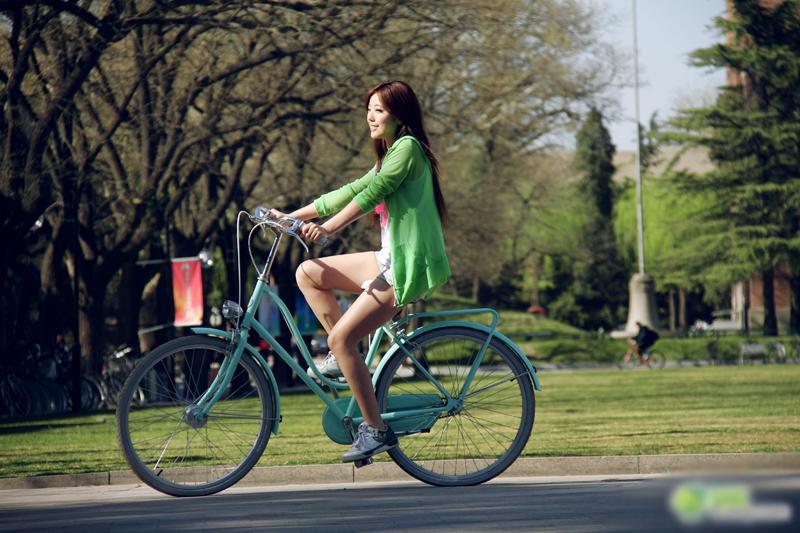 偷拍清华骑单车清新美女