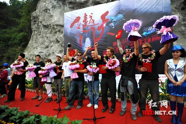 参加挑战的全体翼装飞行高手庆贺他们的成功。