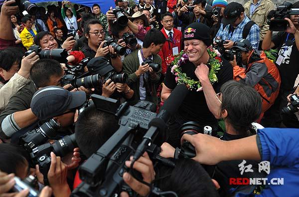成功后的杰布·科里斯成为国内外媒体围堵采访的对象。