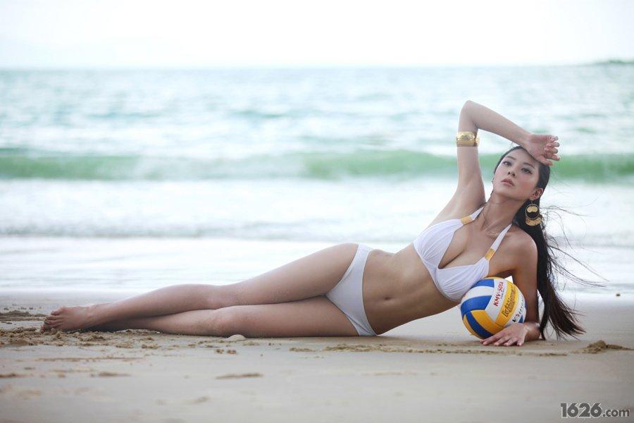 美女超模艾尚真深圳大运泳装写真