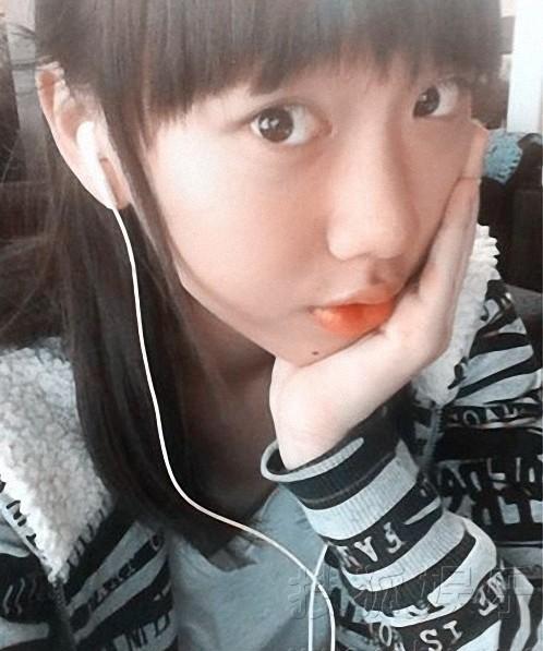 闫妮13岁漂亮女儿自拍近照