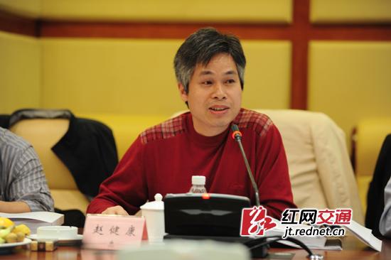 鉴定专家组组长、上海交通大学教授赵健康正在提问。