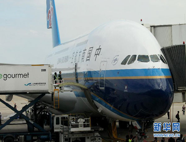 10月27日,南航空中客车a380飞机正停靠在专用停机位上.