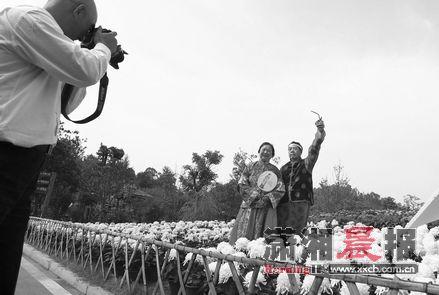 """长沙生态动物园拍摄金婚纪念照,""""50年前,别说婚纱照,就连彩色照片都没"""