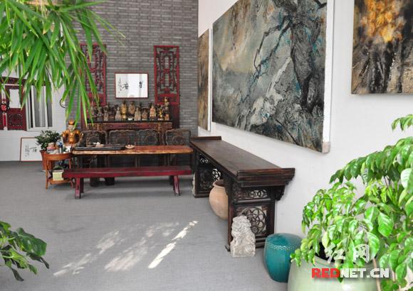 满屋的古玩,满墙的古意油画,这就是李奇安充满东方玄学蕴味的画室。