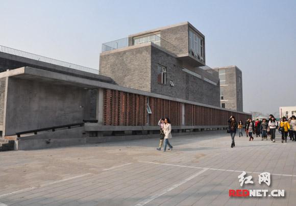 与宋庄美术馆仅一路之隔,便是李奇安新建的1500平米工作室。