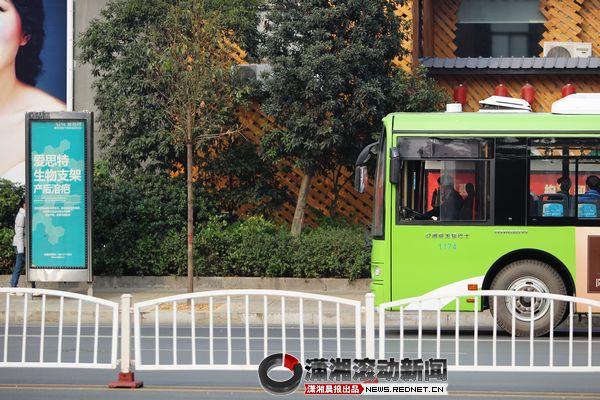 """公交车不从这走了路牌还在 请您为公交路""""纠错"""""""