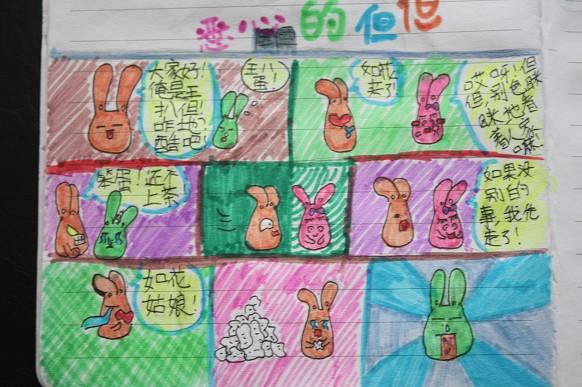 孔儒风自己画的漫画。 寻芳 摄   红网长沙县站12月2日讯(分站记者 寻芳)洋洋洒洒8000字故事,看似天马行空,读来却妙趣横生。如此吸引人的故事情节以及流畅优美的语句,竟然出自一个10岁小姑娘之手,着实让人觉得不可思议。近日,记者在盼盼中心小学五年级88班见到了这位小才女孔儒风,在谈到长篇童话故事《密林里的歌声》写作时,她坦言这是件好玩的事。 一句鼓励,写下长篇   从小学二年级到现在,孔儒风已写下厚厚的几本故事书。她拿出《密林里的歌声》给记者看,一段小松鼠寻找失踪好友的旅程故事跃然纸上。生动的语