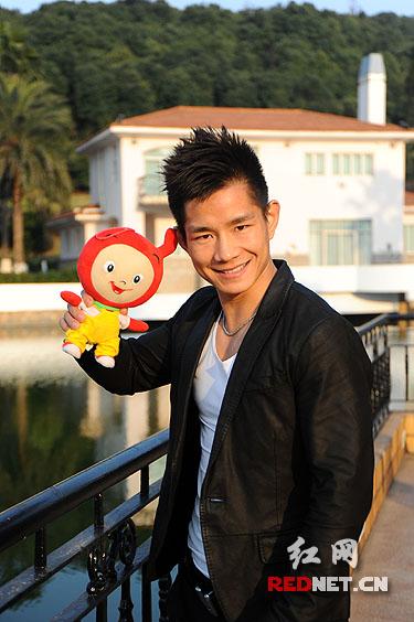 拍照时,杨建平不时仍然会露出23岁男生应有的可爱一面.
