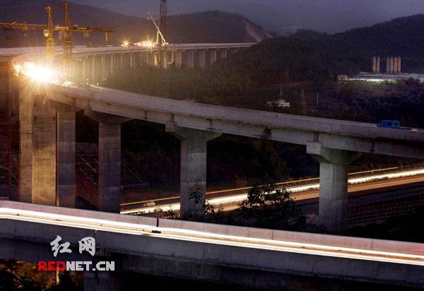 厦蓉高速公路郴宁一标段桥梁防撞护栏完工