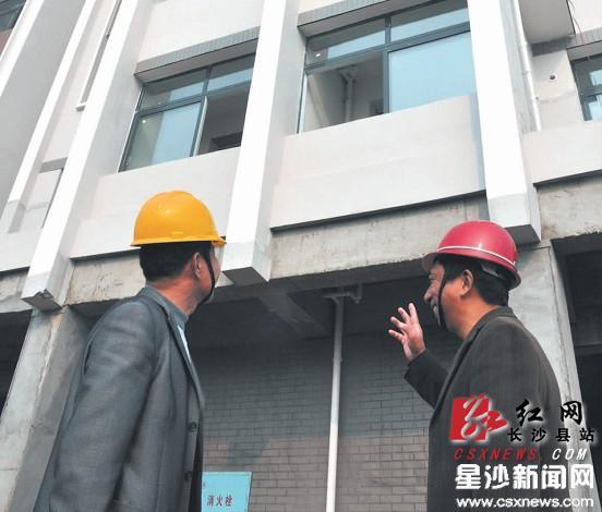 目前,幸福家园廉租房12栋住宅楼均已封顶,预计春节前可投用.周毅摄