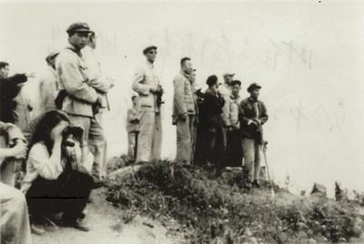 1963年,吴志渊(正中间未戴帽者)与云南省军区领导检查边境工作。资料图