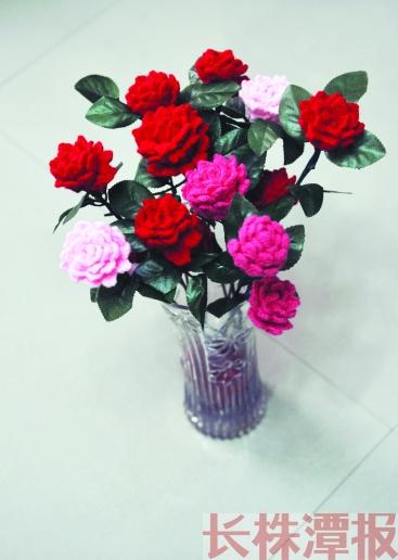 右图:唐丽新做好的毛线玫瑰花. 本报记者 周健 摄