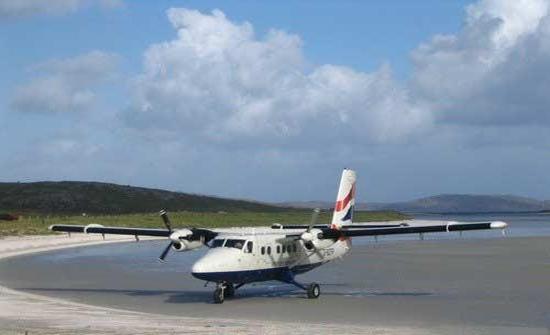 飞机降落在海滩上的