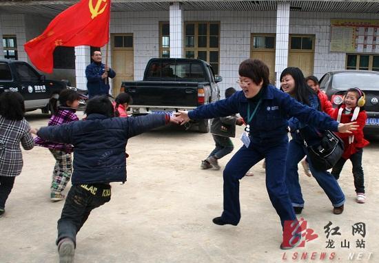 雷锋服务队员与留守儿童一起玩耍,鼓励他们好好学习,健康成长.