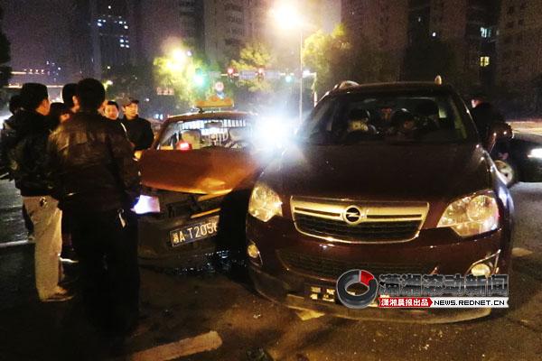 目击者陈师傅说,车祸发生后,欧宝车主开门披上衣服就走了.图片