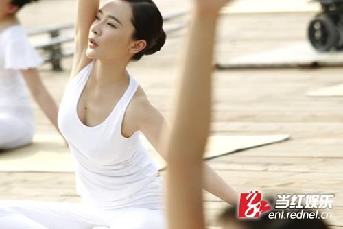 霍思燕《飲食男女2012》演女強人 片中練瑜伽顯恬靜柔美圖片