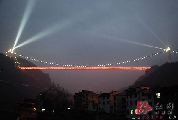 湖南:近2000盏照明彩灯已装好 矮寨大桥3月31日通车