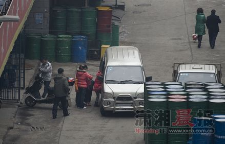 经记者调查,发现该幼儿园处于油桶重重包围之中,超载接送学生的面包车