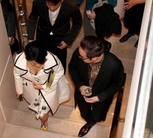 刘嘉玲贵妇装获多人护行 与粉丝贴面自拍亲和力十足