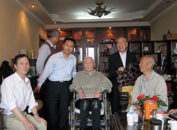 ②2011年,舅舅左景郁(图中,大学退休教师)百岁生日,左家后人在上海搞了一次家庭聚会。
