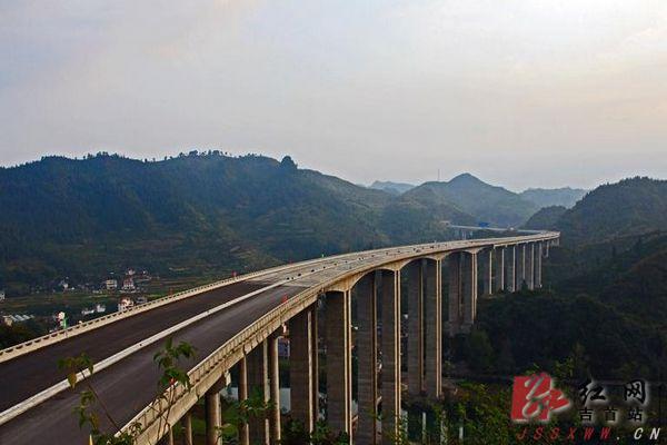 近日,笔者跟随小溪桥社区的一群快乐老人们走吉茶高速,看美丽风景.