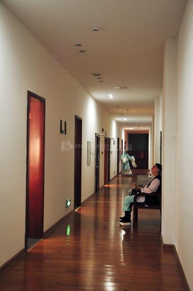 古色古香的两个人出现在静寂的现代走廊,仿佛穿越的现代剧。