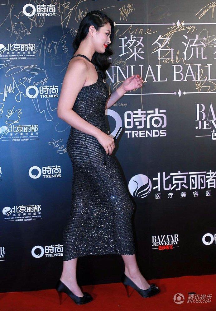 于娜出席舞会 穿透视装露白色打底裤遭非议组