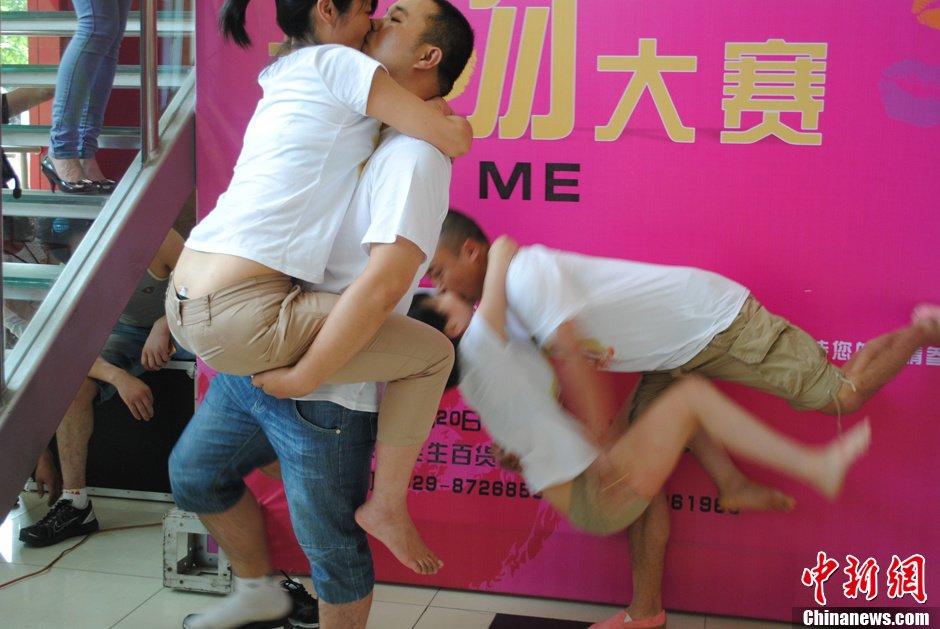 520我爱你西安上演接吻大赛组图 教育频道