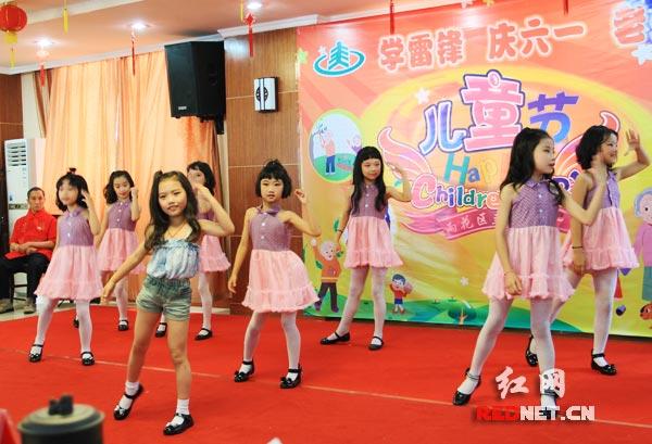 孩子们表演活泼欢快的舞蹈