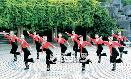 场舞_6月10日广场舞的姐妹们正抓紧时间排练,争取让零陵广场舞走出国门