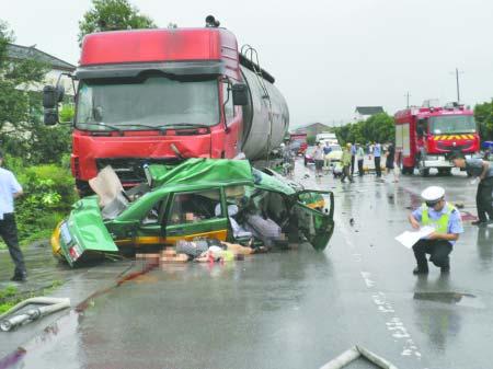 车祸现场,出租车被撞变形高清图片