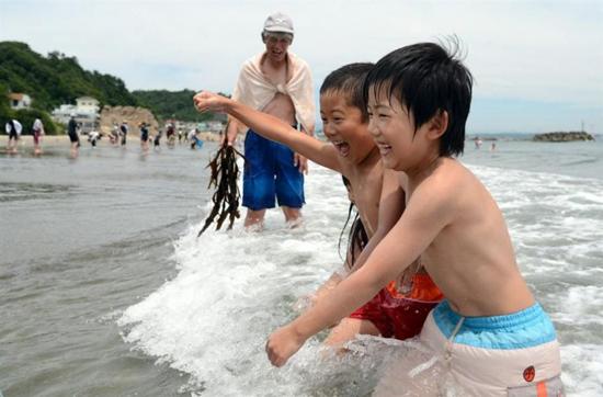日本福岛核电站海水浴场再次开放