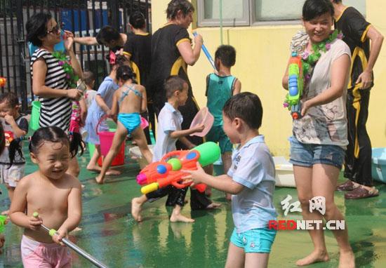 先跳10分钟的热身舞,接着,小朋友们排队走到塑料水池边,先把手打湿再