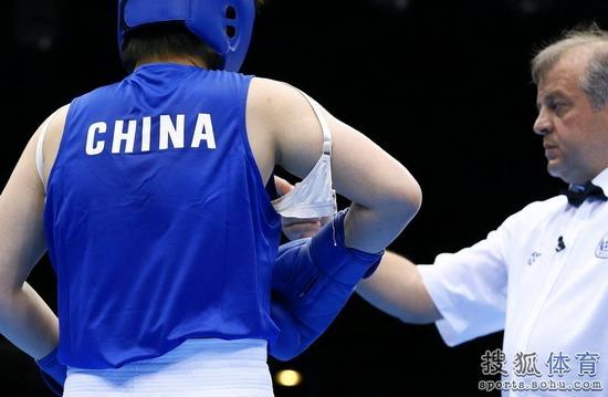 女子拳击赛场尴尬一幕 中国女拳王胸罩脱落