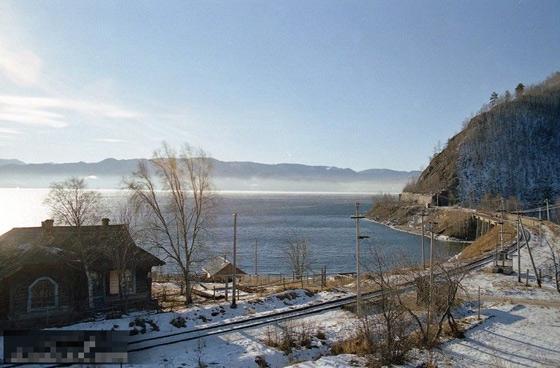 西伯利亚/西伯利亚铁路经过贝加尔湖南岸。
