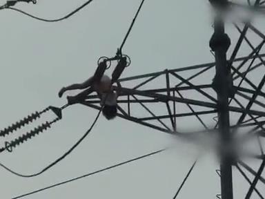 [视频]坠落女子爬上25米高压线塔实拍幸被塔线色第七在线视频播放图片