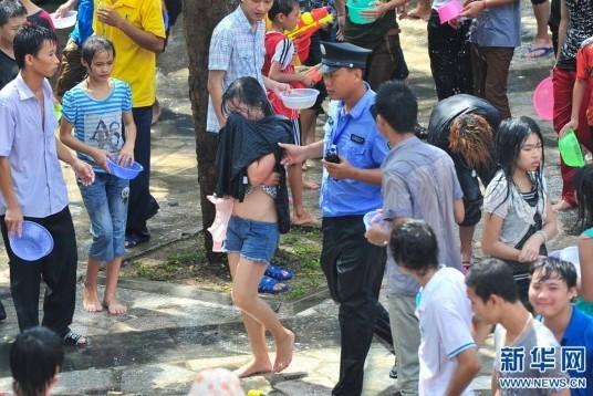 女性被扒衣袭胸性骚扰中枪倒地图片动态表情图片