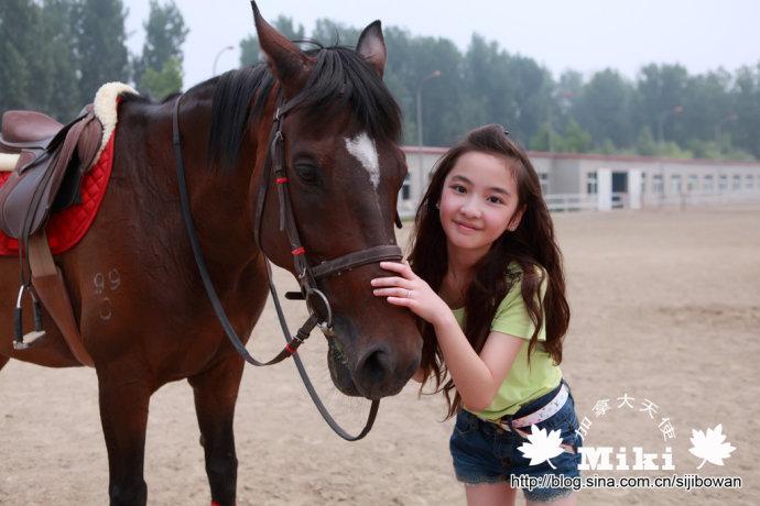 视频 歌手/[视频]12岁萝莉与80后歌手热恋两人相差12岁