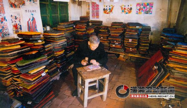 撰文/王砚 供图/左汉中      聂方俊号称聂胡子,在凤凰扎狮子头,手艺精湛。最近,七十多岁的他,手开始打颤了,左汉中准备把关于他的那本纸扎书写完。      2010年,在陕西西部的旬邑县王村,见到了82岁的剪花娘子库淑兰。在她身后的墙上,贴满了艺术家吕胜中从西北剪纸作品中得到灵感而创作的小红人。      剪纸图案中的三鱼共头,这个图案早在汉代墓穴中就已出现。      口述      左汉中      1947年生于湖北武汉,祖籍湖南双峰。现为湖南美术出版社编审,湖南省文史馆馆员,民间