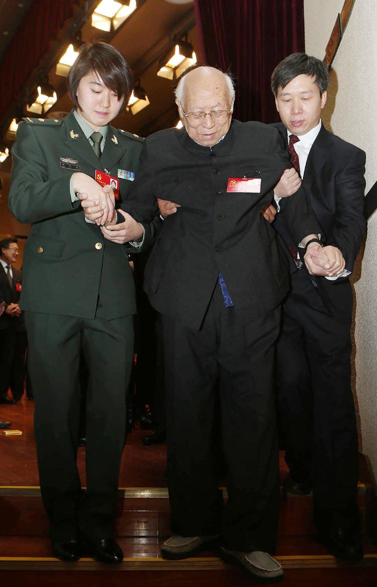 这是11月8日,焦刘洋(左一)搀扶焦若愚。 焦若愚出生于1915年,是最年长的十八大代表,两人年龄相差74岁,党龄相差72年。