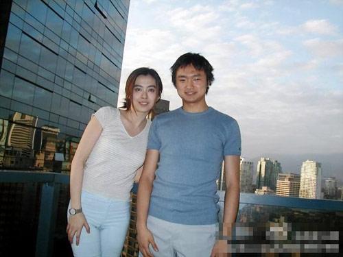 王祖贤近期生活照曝光 与友人合影宛若少女(图)