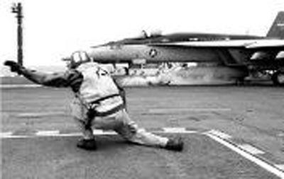 甲板机务人员的起飞动作指令,屈膝下蹲,右臂前伸,食指和中指指向飞机