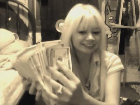 视频美19岁少女抢银行后持现金自拍炫耀被捕