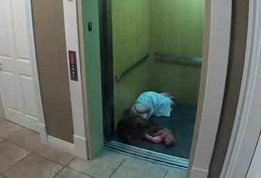 [电梯]视频女生里扮鬼被人一脚踢晕女孩染发图片