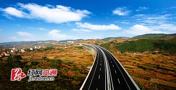图为郴宁高速袁家桥。   2008年,国际金融危机席卷全球,省委省政府积极响应中央加强基础设施、拉动内需号召,果断决策,作出了加快高速公路建设的战略部署。在以贺仁雨为班长的厅党组的正确指导下,全体高速公路建设者奋力创新,攻坚克难,2008年2012年新开建48条,建成30条2211公里高速公路,使全省高速公路总里程达到3969公里,使全省出省通道两纵五横高速公路网基本建成。      特别是2012年,全省建成通车16条1320公里;打通全省通高速的县市达到97个,其中,郴州汝城县、嘉禾县和临