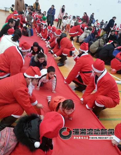 幼儿园亲子运动会家长扮圣诞老人给孩子过节[图]