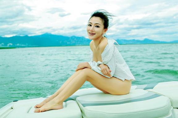 白皙美女模特性感私照开胸诱惑;