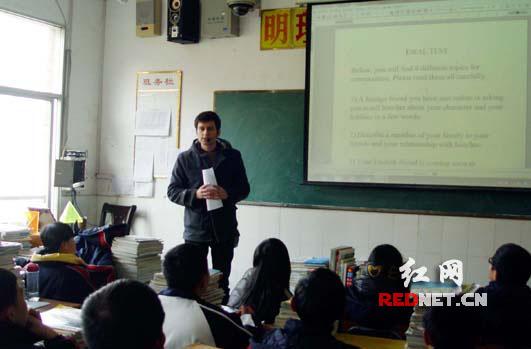 龙山首次引进英语外教 提高土家族学生口语水