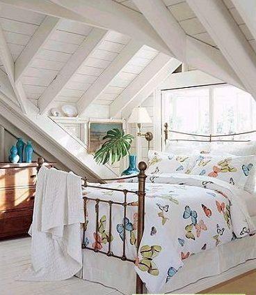 阁楼卧室装修效果图:白色的木条墙壁和屋顶,和明媚的床品高清图片